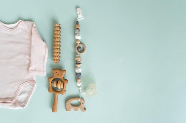 Um conjunto de brinquedos e coisas para recém-nascidos