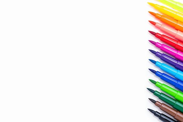 Um conjunto de canetas hidrográficas multicoloridas na vista superior branca