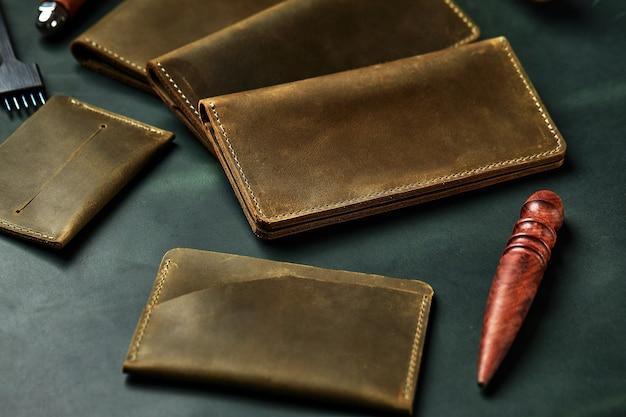 Um conjunto de capas de couro verde para gadgets modernos, merchandising de acessórios.