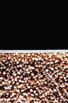 Um conjunto de cereais de grão. sêmolas de arroz, trigo sarraceno e painço em tabuleiro de madeira. um conjunto de cereais de mercearia. importação de grãos.