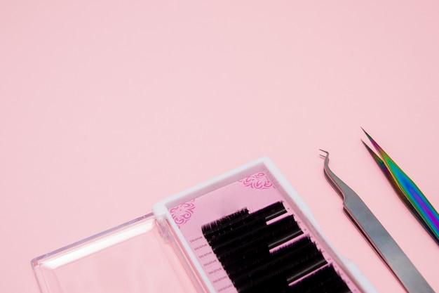 Um conjunto de cílios de extensão com pinça de metal