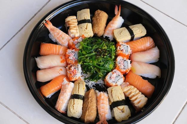 Um conjunto de comida japonesa sushi. vista do topo