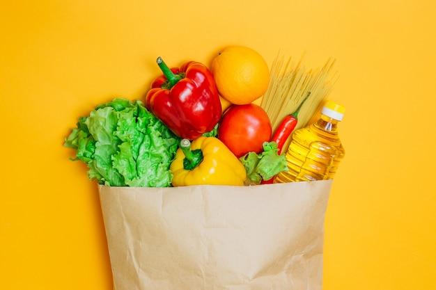 Um conjunto de comida vegetariana em um espaço laranja, plana leigos