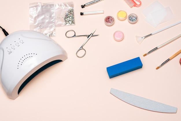 Um conjunto de cosméticos para manicure em casa. a vista do topo