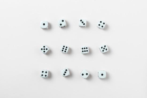 Um conjunto de cubos de jogo de dados coleção plana lay