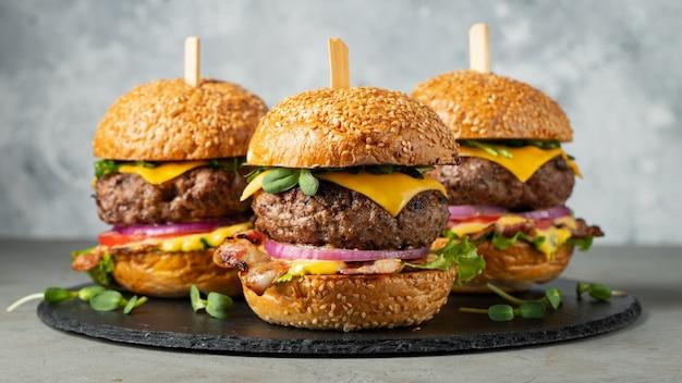 Um conjunto de deliciosos hambúrgueres caseiros.