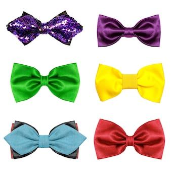 Um conjunto de diversão colorida gravata borboleta 6 peças isoladas em um fundo branco.