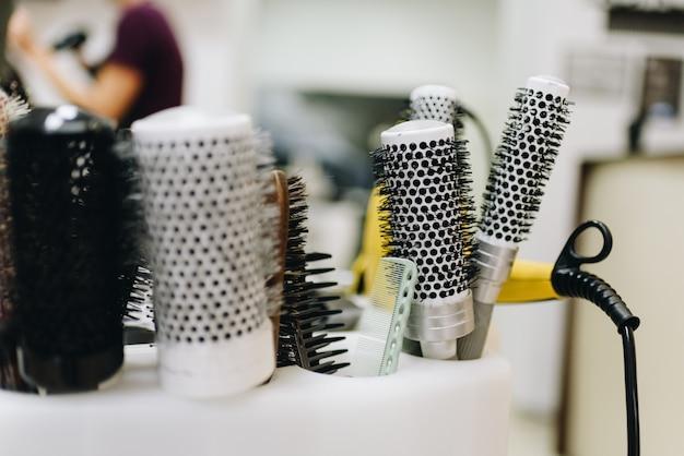 Um conjunto de escovas de cabelo preto e branco em uma barbearia