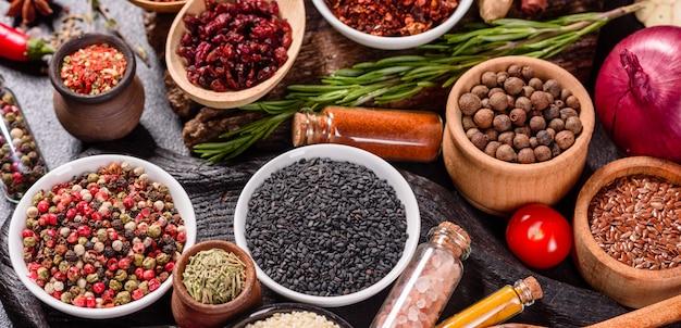 Um conjunto de especiarias e ervas. cozinha indiana. pimenta, sal, páprica, manjericão. vista do topo.