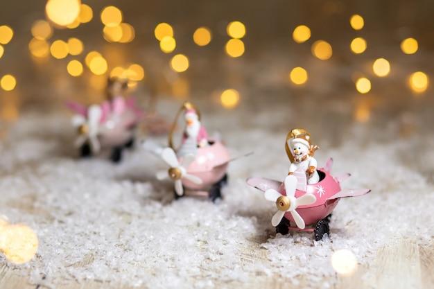 Um conjunto de estatuetas decorativas com tema de natal