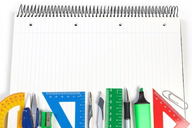 Um conjunto de ferramentas de escritório no caderno para fazer anotações. moldura para anotações.