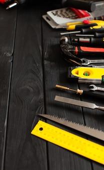 Um conjunto de ferramentas dispostas em um semicírculo em cima da mesa de madeira com espaço de cópia