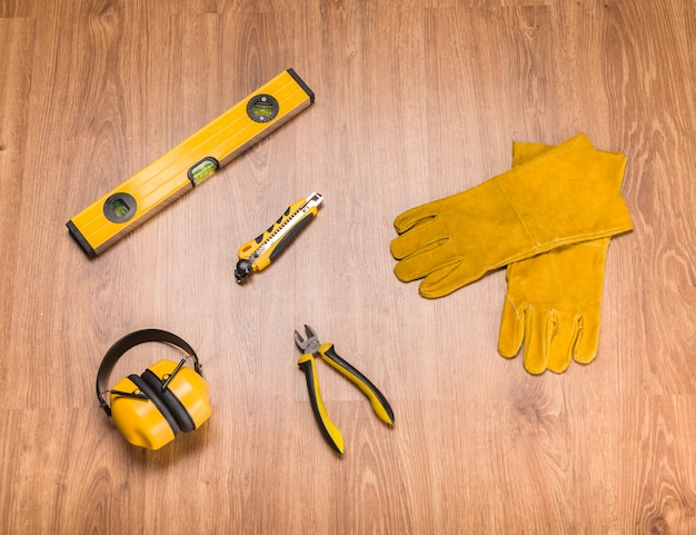 Um conjunto de ferramentas para a construção no chão.