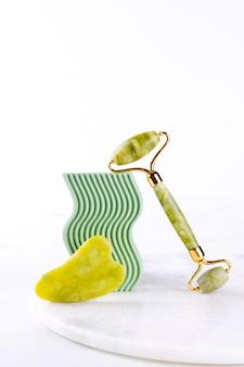 Um conjunto de ferramentas para a técnica de massagem facial gua sha feito de pedra natural de nefrite de jade