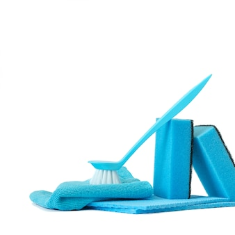 Um conjunto de ferramentas para limpar a cozinha azul.