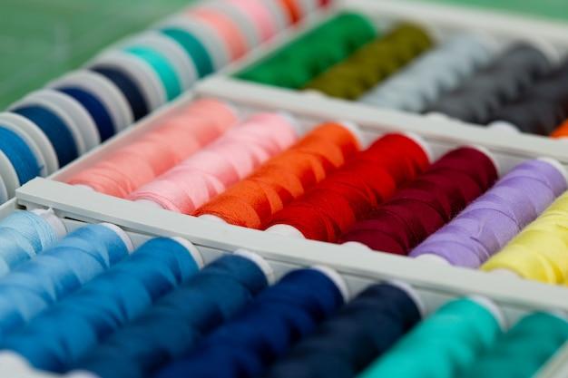 Um conjunto de fios em cores diferentes.