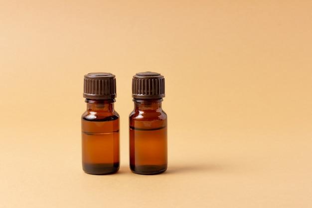 Um conjunto de frascos âmbar para óleos essenciais e cosméticos. garrafa de vidro. conta-gotas, frasco de spray