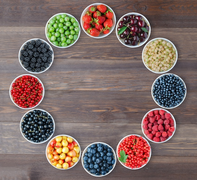 Um conjunto de frutas nas placas redondas. copie o espaço.