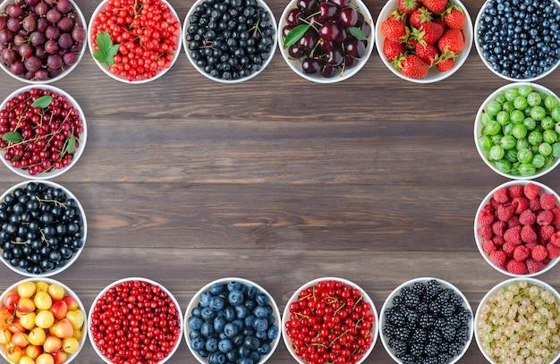 Um conjunto de frutas nas placas redondas.