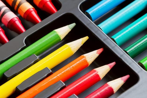 Um conjunto de lápis coloridos na caixa.