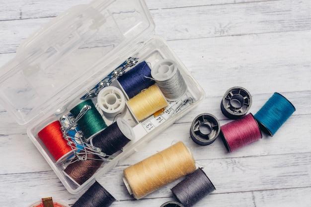 Um conjunto de linhas e agulhas para costura