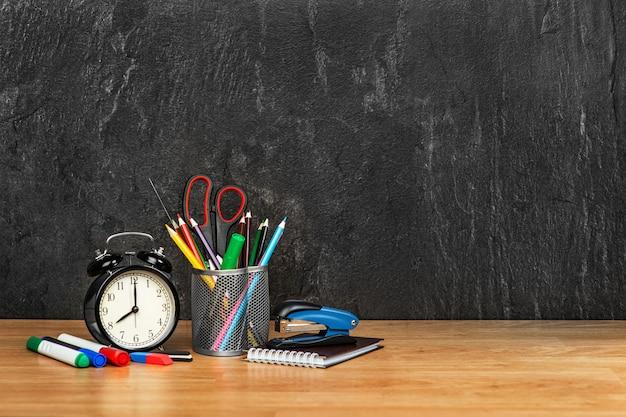 Um conjunto de materiais de escritório em cinza