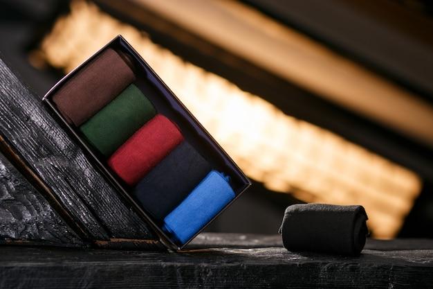 Um conjunto de meias clássicas em um pacote de presente preto