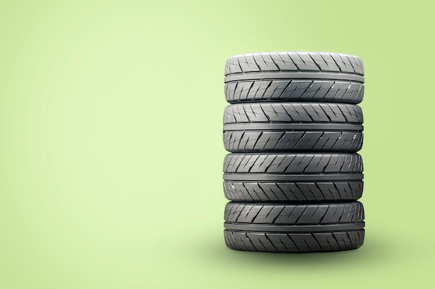 Um conjunto de novos pneus de verão em uma superfície verde