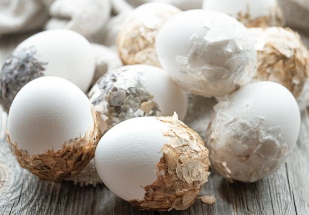 Um conjunto de ovos de páscoa lindamente decorados. conceito de férias da páscoa.