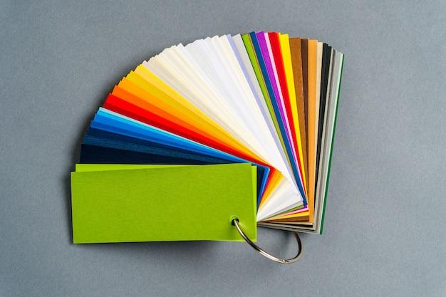 Um conjunto de papel colorido para amostra
