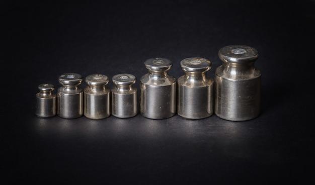 Um conjunto de pequenos pesos de metal