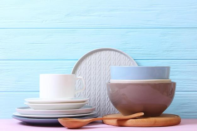 Um conjunto de pratos e utensílios de cozinha em um fundo colorido