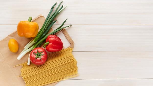 Um conjunto de produtos alimentícios preparados para entrega.