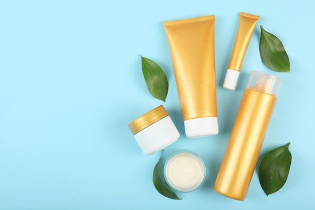Um conjunto de produtos de beleza para a pele ou cabelo cuidando do corpo