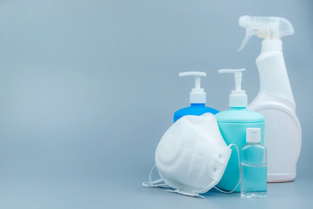 Um conjunto de produtos de limpeza e desinfecção em um fundo cinza. close-up com espaço para texto. prevenção de coronavírus