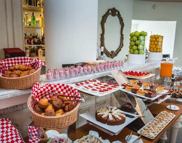 Um conjunto de produtos de pastelaria no suporte de buffet