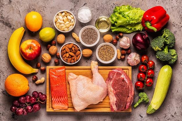 Um conjunto de produtos para paleo, pegan e um total de 30 dietas, vista de cima.