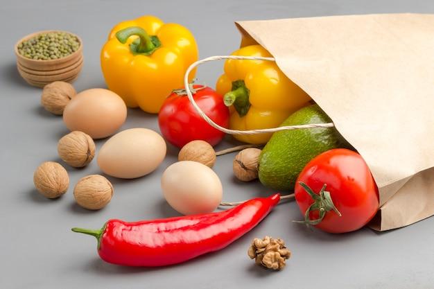 Um conjunto de produtos para uma alimentação saudável colocado de um saco de papel