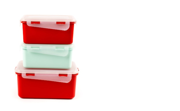 Um conjunto de recipientes de plástico multicolorido para facilitar o armazenamento de alimentos e aliviar rapidamente a fome