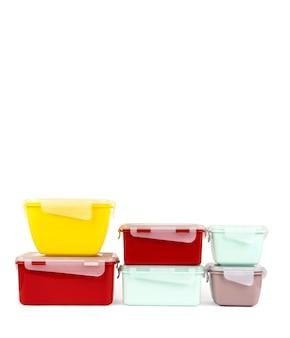 Um conjunto de recipientes de plástico multicoloridos para armazenar alimentos e fazer um lanche a qualquer momento
