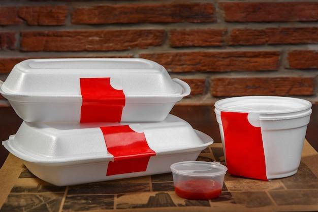 Um conjunto de recipientes de plástico para entrega em domicílio