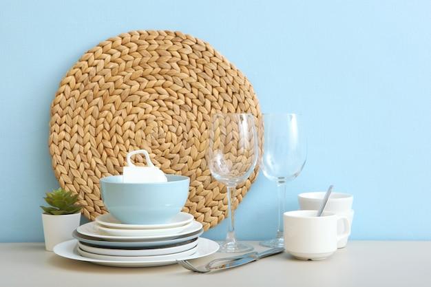 Um conjunto de talheres na mesa