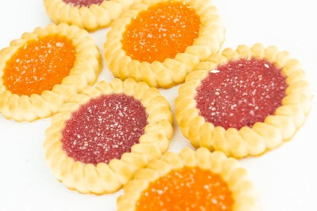 Um conjunto de tarlets de biscoito com recheio de geleia de frutas e frutos silvestres