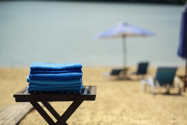 Um conjunto de toalhas na mesa na praia