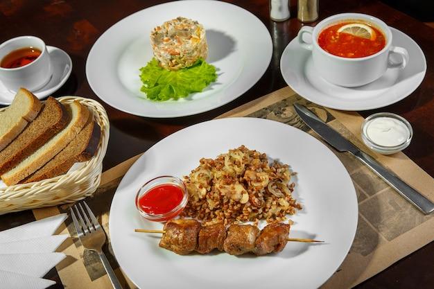 Um conjunto de três pratos para almoço de negócios