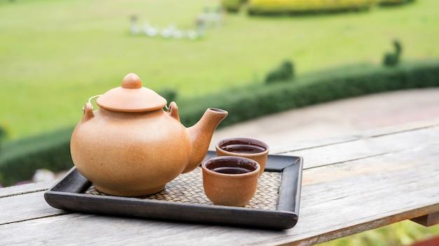 Um conjunto de um bule de chá na varanda.