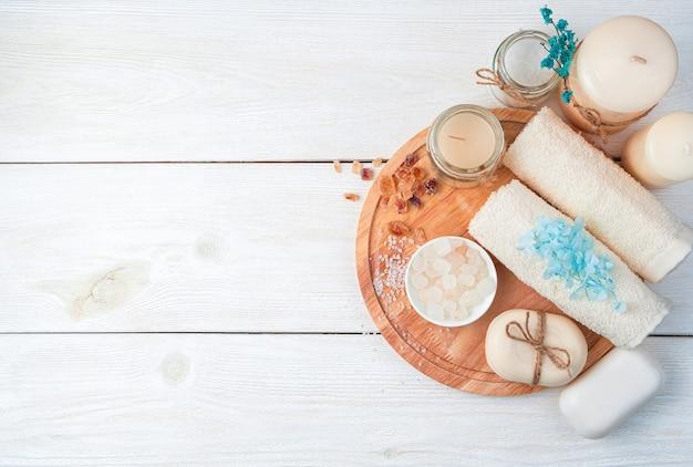 Um conjunto para limpar a pele em um fundo branco. vista superior com espaço de cópia. o conceito de cuidados com a pele, spa.