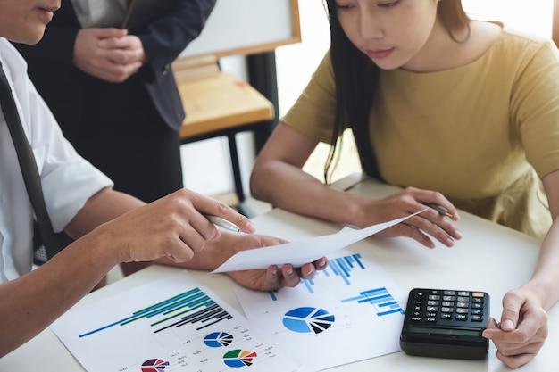 Um consultor de negócios masculino descreve um plano de marketing para definir estratégias de negócios usando a calculadora. planejamento de negócios e conceito de pesquisa de negócios.