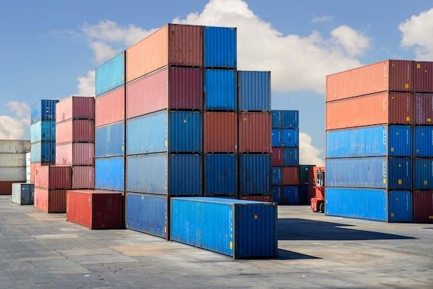 Um contêiner no estaleiro de importação e exportação