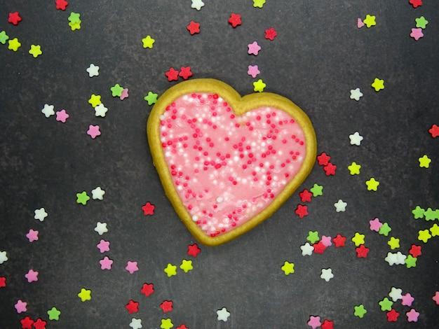 Um cookie de forma de coração dia dos namorados